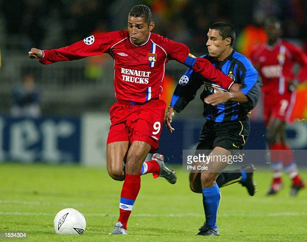 Sonny Anderson of Lyon takes on Ivan Cordoba of Inter Milan during the UEFA Champions League First Phase Group D match between Lyon and Inter Milan...