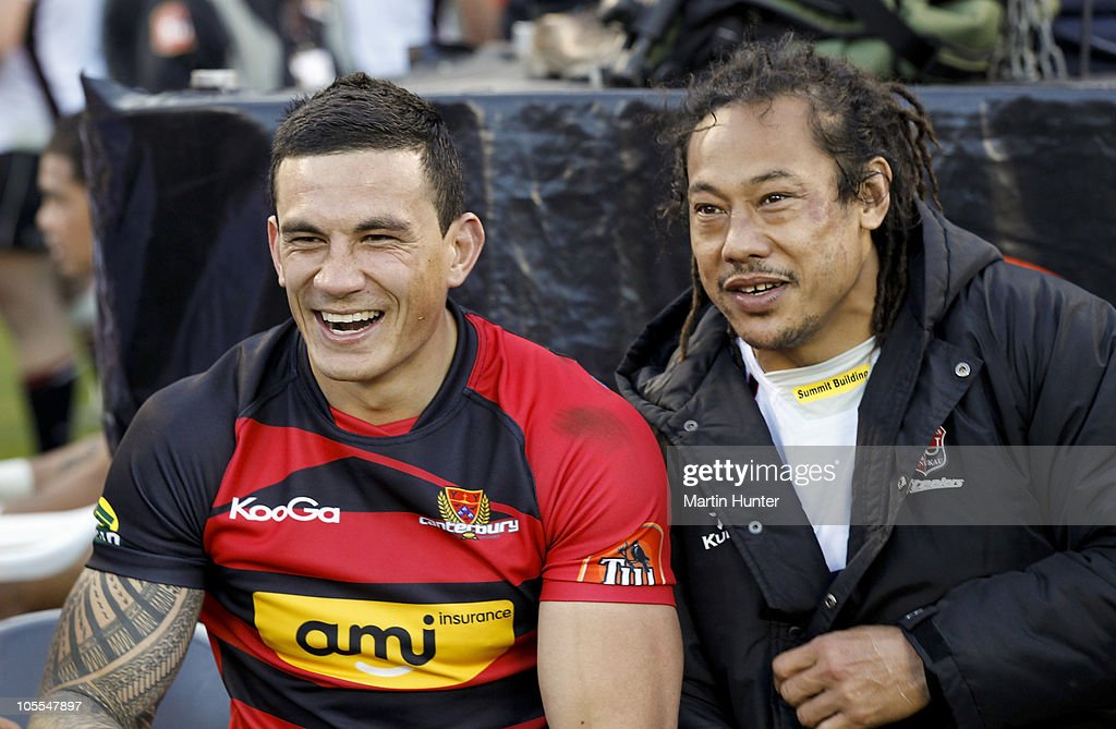 <a gi-track='captionPersonalityLinkClicked' href=/galleries/search?phrase=Sonny+Bill+Williams&family=editorial&specificpeople=204424 ng-click='$event.stopPropagation()'>Sonny Bill Williams</a> (L) of Canterbury sits with <a gi-track='captionPersonalityLinkClicked' href=/galleries/search?phrase=Tana+Umaga&family=editorial&specificpeople=203218 ng-click='$event.stopPropagation()'>Tana Umaga</a> of Counties Manukau after the round 12 ITM Cup match between Canterbury and Counties Manukau at AMI Stadium on October 16, 2010 in Christchurch, New Zealand.