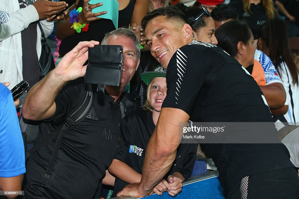 <a gi-track='captionPersonalityLinkClicked' href=/galleries/search?phrase=Sonny+Bill+Williams&family=editorial&specificpeople=204424 ng-click='$event.stopPropagation()'>Sonny Bill Williams</a> of New Zealand poses with fans in the crowd as he celebrates victory after the 2016 Sydney Sevens cup final match between Australia and New Zealand at Allianz Stadium on February 7, 2016 in Sydney, Australia.