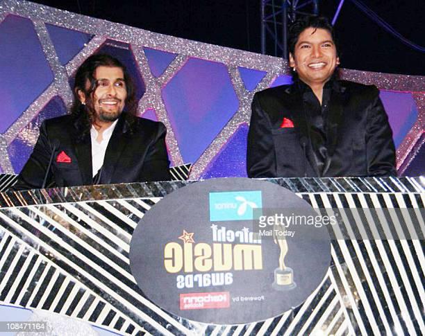 Sonu Nigam and Shaan at Radio Mirchi Music Awards at BKC in Mumbai on January 27 2011