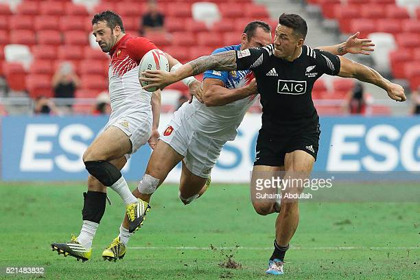 Sony Bill Williams of New Zealand makes a pass during the 2016 Singapore Sevens at National Stadium on April 16 2016 in Singapore