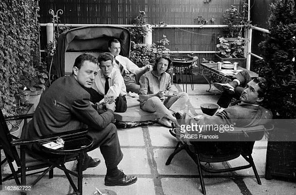 Sophia Loren And Carlo Ponti At Home In Paris Paris mai 1959 Sophia LOREN et son mari Carlo PONTI chez eux un groupe d'amis est réuni sur la terrasse...
