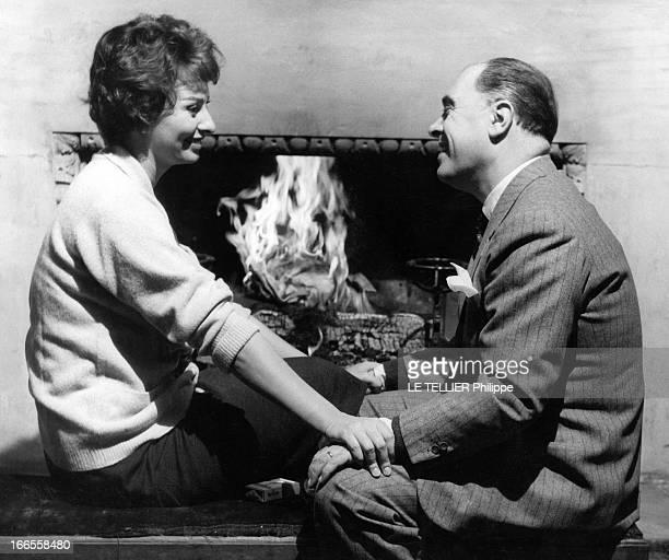 Sophia Loren And Carlo Ponti In London Sophia LOREN et son mari Carlo PONTI assis devant la cheminée de leur chambre au manoir d'Edwardbury à Londres...
