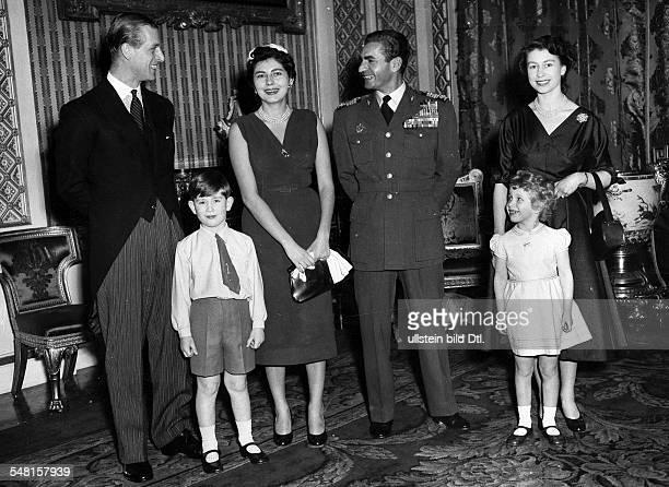 Soraya * Kaiserin von Persien 19511958 Iran Staatsbesuch in GB im BuckinghamPalast vlnr Prinz Philipp Herzog von Edinburgh Prinz Charles Soraya und...