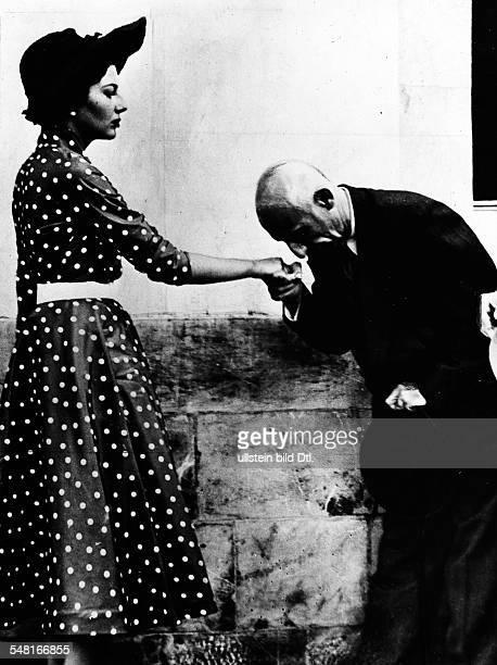 Soraya * Kaiserin von Persien 19511958 Iran wird von dem iranischen Ministerpraesidenten Mohammed Mossadegh begruesst 1952/53