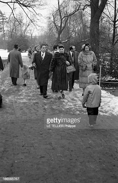 Soraya In Cologne Cologne 13 mars 1958 Dans un parc enneigé de la ville lors de son séjour à l'occasion de sa répudiation s'approchant d'un enfant la...