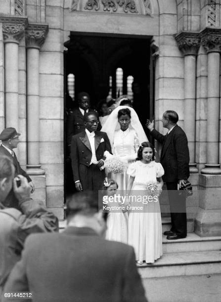 Sortie des jeunes époux le député sénégalais Léopold Sédar Senghor et Ginette Eboué fille du premier gouverneur général noir de l'église NotreDame du...