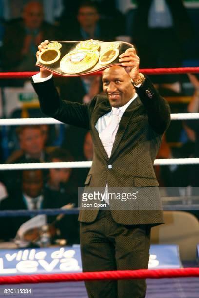 Souleymane M'BAYE presente sa ceinture de Champion du Monde acquise une semaine plus tot Championnat du Monde WBA WBC des lourds legers Mormeck /...