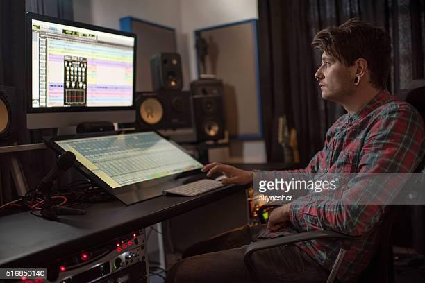 Engenheiro de som compor em computador no estúdio de música.