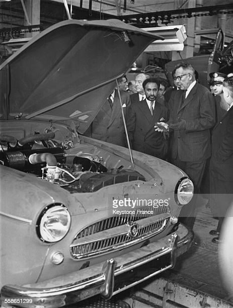 Sous la conduite de Pierre Lefaucheux PresidentDirecteur general de la Regie Renault l'Empereur Haile Selassie assiste a l'assemblage sur chaine des...