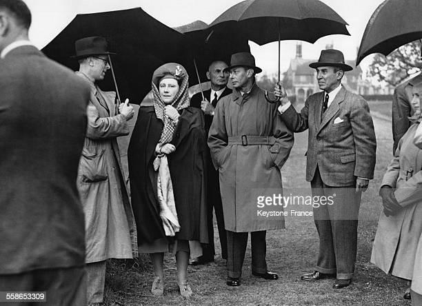 Sous une pluie diluvienne le roi George VI et la reine Elizabeth en visite a la Ferme royale le 18 mai 1946 a Windsor RoyaumeUni