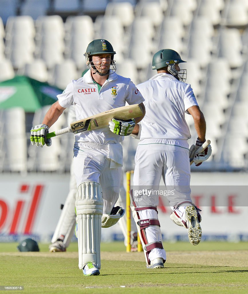 South Africa batsman AB de Villiers (L) runs past Hashim Amla on day two of the first test match between South Africa and Pakistan in Johannesburg at Wanderers Stadium on February 2, 2013.