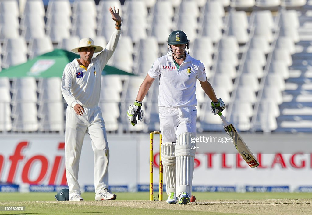 South Africa batsman AB de Villiers (R) survies an appeal after being given out from bowler Saeed Ajmal on day two of the first test match between South Africa and Pakistan in Johannesburg at Wanderers Stadium on February 2, 2013.