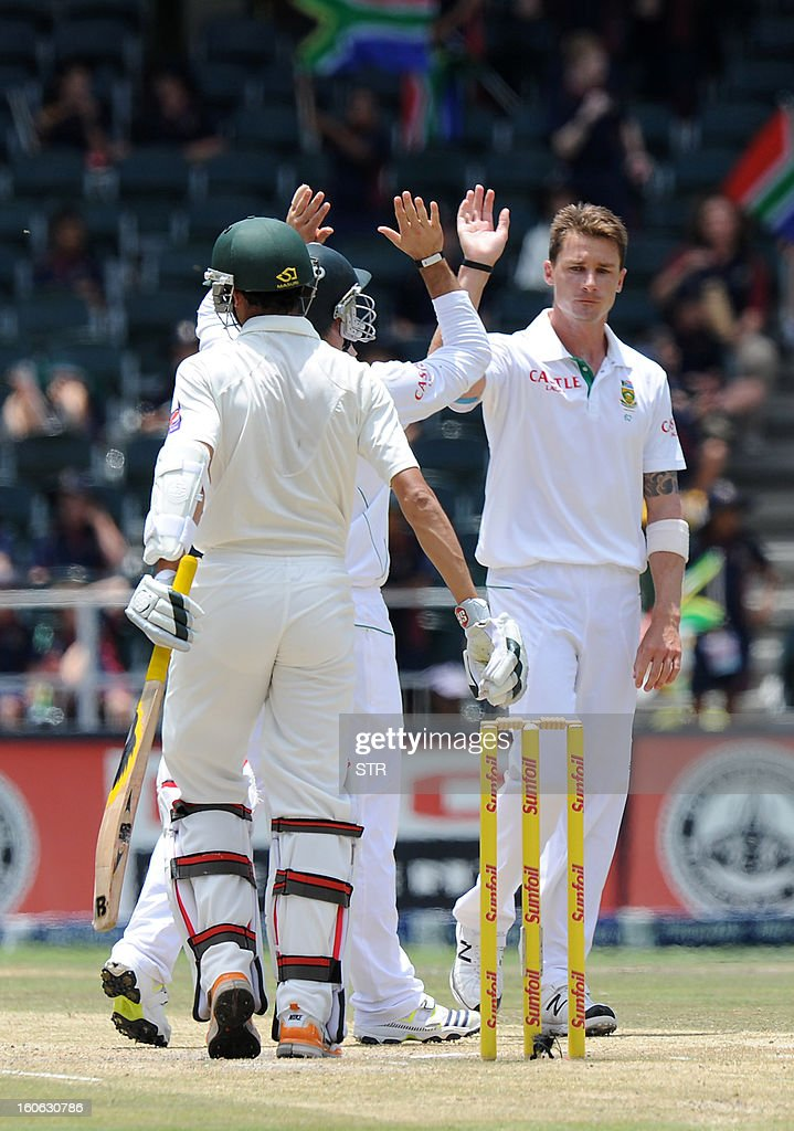 South Africa bowler Dale Steyn (R) celebrates the wicket of Pakistan's Junaid Khan (L, front) with teammate AB de Villiers on day four of the first Test match between South Africa and Pakistan, in Johannesburg at Wanderers Stadium on February 4, 2013. AFP PHOTO / Stringer