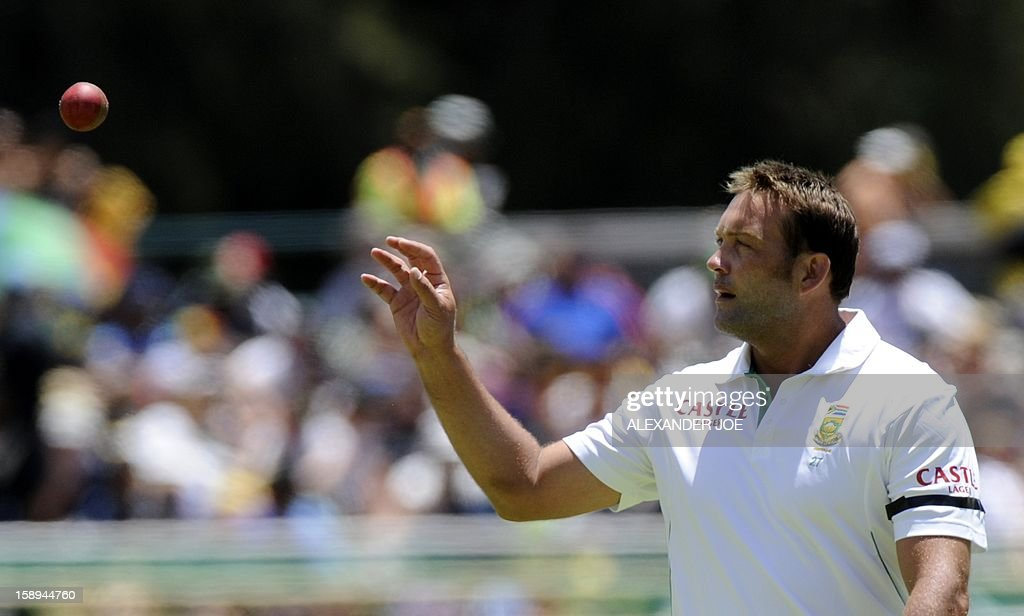 South Africa bowler Jacques Kallis catches a ball on day 3 of the first Test match between South Africa and New Zealand, in Cape Town at Newlands on January 4, 2013. AFP PHOTO / ALEXANDER JOE