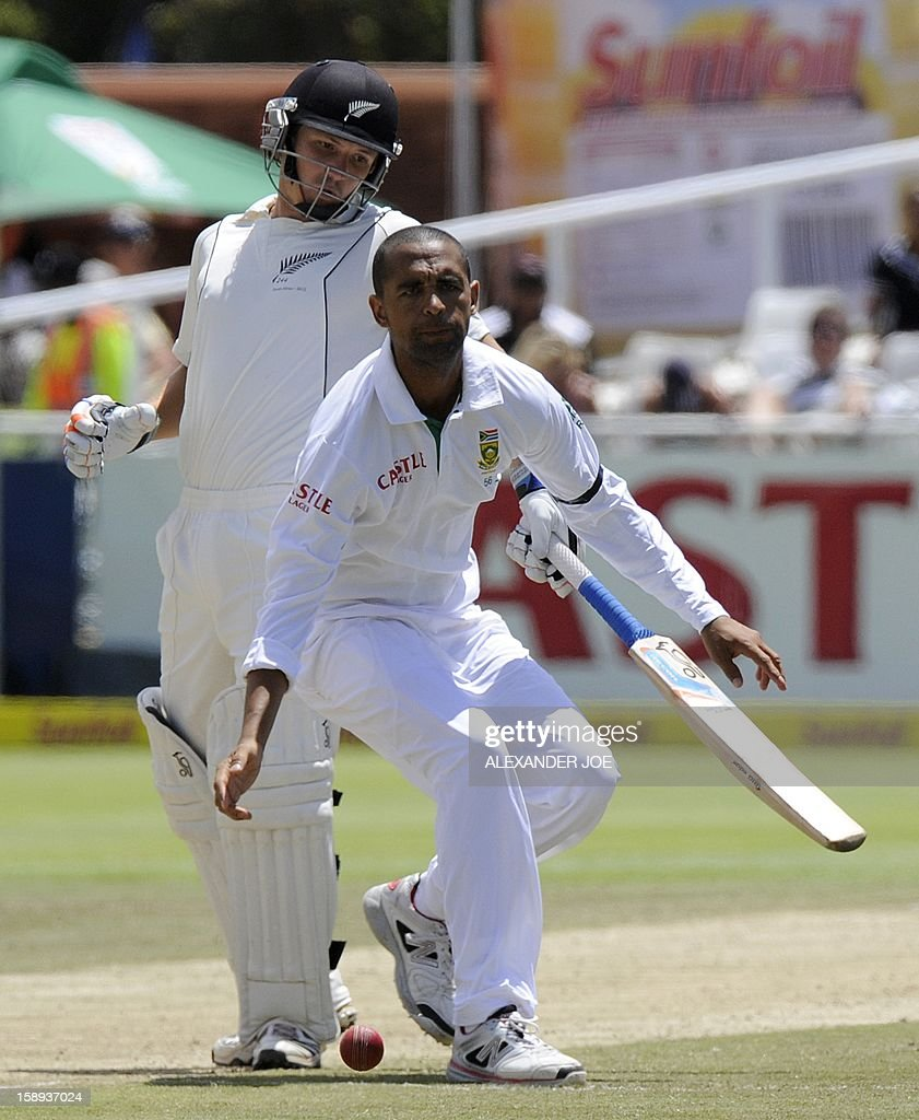 South Africa bowler Robin Peterson, tries to run out New Zealand batsman Bradley John Watling on day 3 of the first Test match between South Africa and New Zealand, in Cape Town at Newlands on January 4, 2013. AFP PHOTO / ALEXANDER JOE