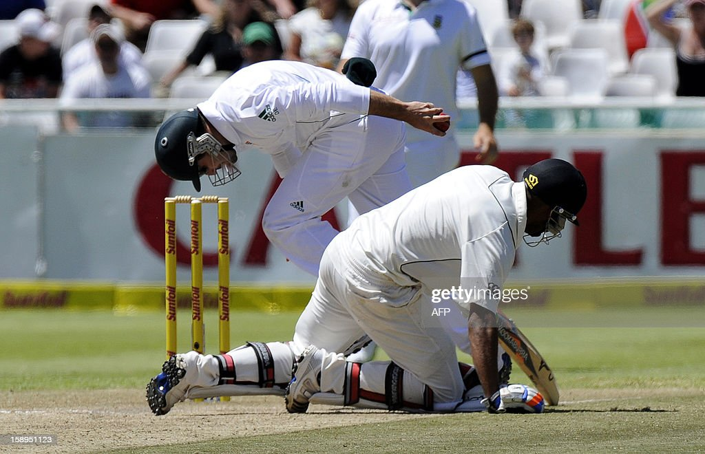 South Africa cricketer Dean Elgar (L) tries to run out New Zealand batsman Jeetan Patel on day 3 of the first Test match between South Africa and New Zealand, in Cape Town at Newlands, on January 4, 2013. South Africa won the 5 day Test in 3 days. AFP PHOTO / ALEXANDER JOE