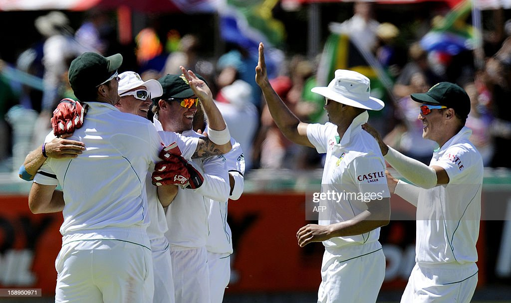 South Africa wicketkeeper AB de Villiers and teammates celebrate victory on day 3 of the first Test match between South Africa and New Zealand, in Cape Town at Newlands, on January 4, 2013. South Africa won the 5 day Test in 3 days. AFP PHOTO / ALEXANDER JOE
