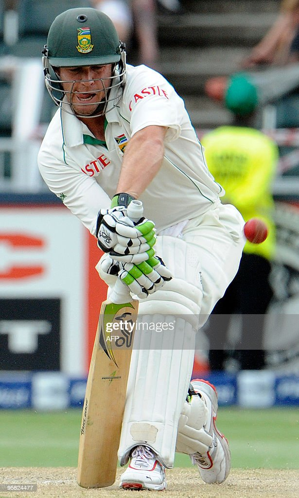 South African batsman Abraham Benjamin de Villiers plays a stoke from England bowler Graeme Swann (unseen) during the third day of the fourth Test match between South Africa and England on January 16, 2010 at Liberty Life Wanderers Stadium in Johannesburg.