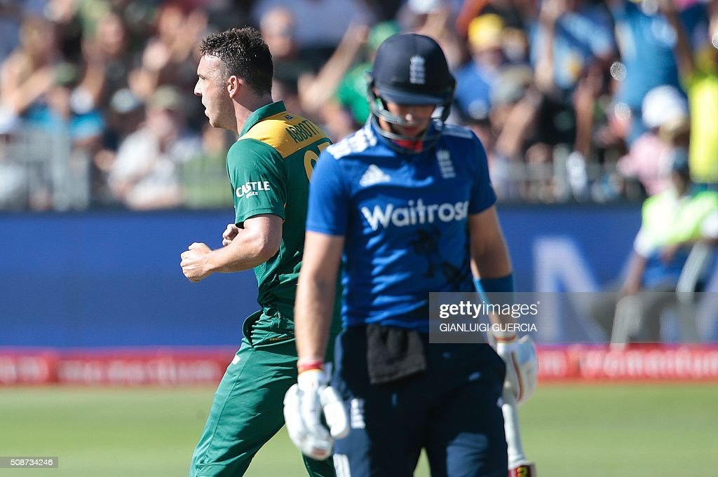 South African bowler Kyle Abbott (back L) celebrates the dismissal of England's batsman Joe Root (front R) during the second One Day International match between England and South Africa at Saint Geroge's park on February 6, 2016 in Port Elizabeth, South Africa. / AFP / GIANLUIGI GUERCIA