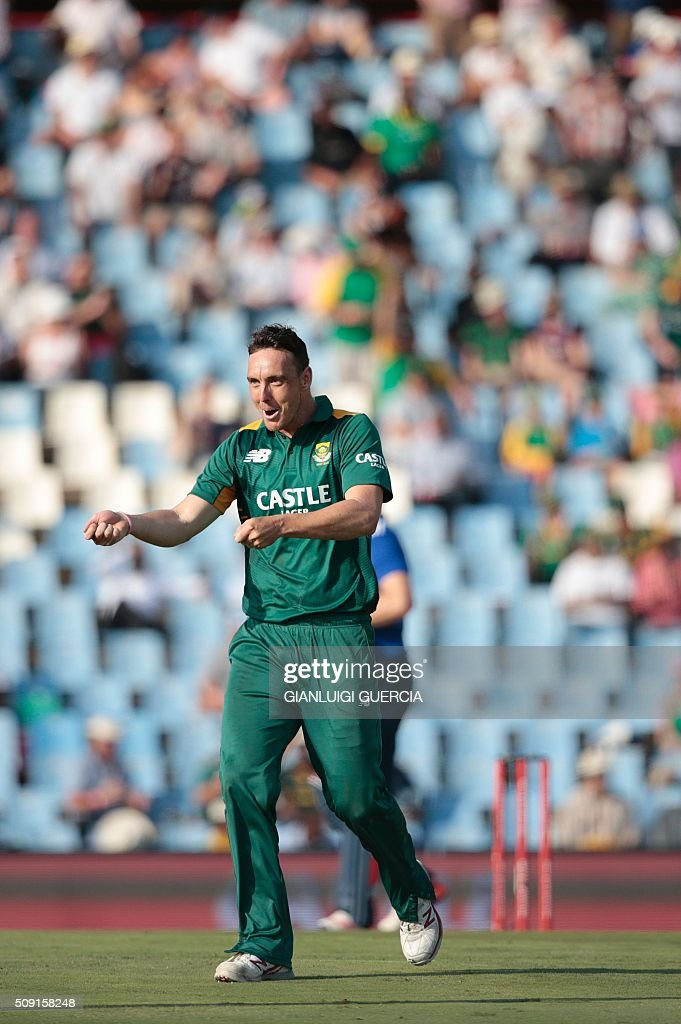 South African bowler Kyle Abbott celebrates the dismissal of England's batsman Chris Jordan (not in picture) during the third One Day International match between England and South Africa at Supersport park on February 9, 2016 in Centurion, South Africa. / AFP / GIANLUIGI GUERCIA