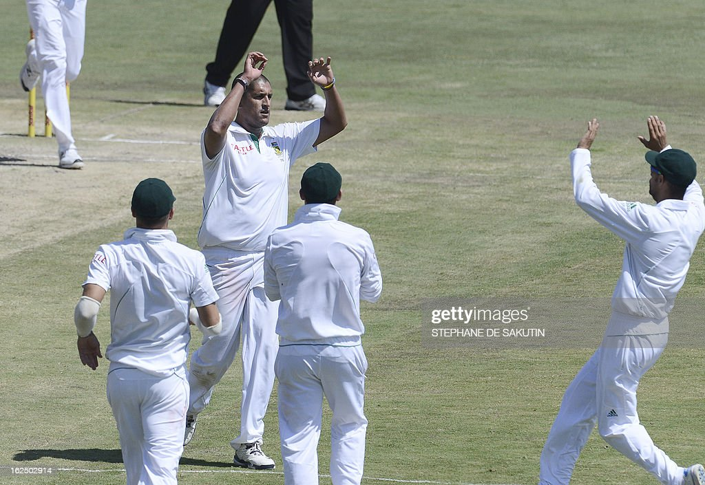 South African bowler Rory kleinveldt is congratulated by teammates for the dismissal of Pakistan batsman Asad Shafiq during the third day of the third Test match between South Africa and Pakistan on February 24, 2013 at Super Sport Park in Centurion. AFP PHOTO / STEPHANE DE SAKUTIN