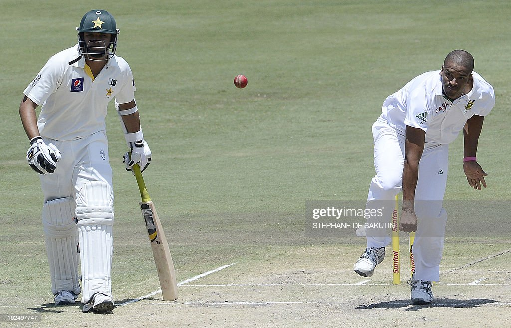 South African bowler Vernon Philander (R) delivers a ball to Pakistan Batsman Azhar Ali (unseen) as Pakistan batsman Imran Farhat watches during the third day of the third Test match between South Africa and Pakistan on February 24, 2013 at Super Sport Park in Centurion.