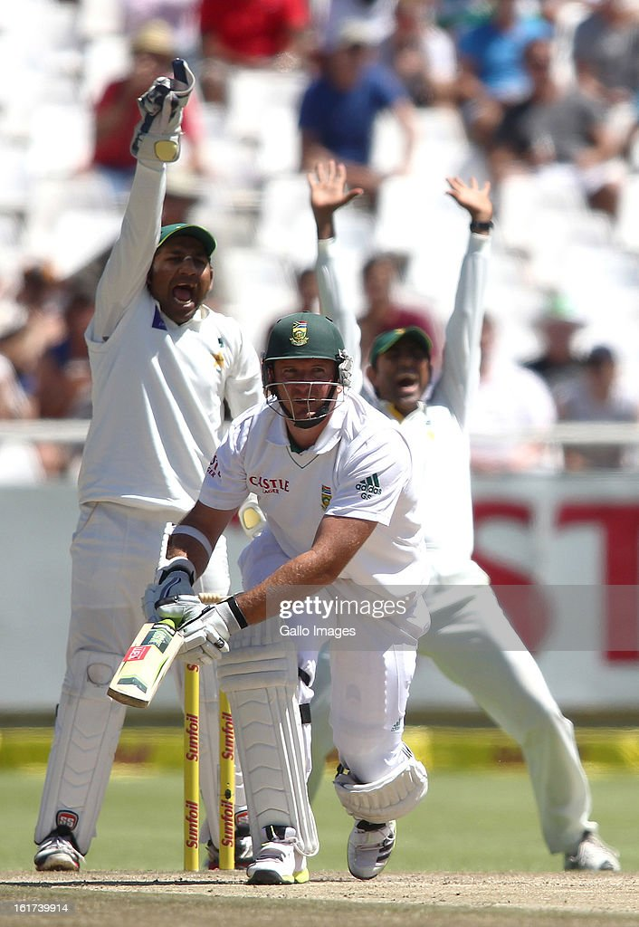 South African captain <a gi-track='captionPersonalityLinkClicked' href=/galleries/search?phrase=Graeme+Smith+-+Jugador+de+cr%C3%ADquet&family=editorial&specificpeople=193816 ng-click='$event.stopPropagation()'>Graeme Smith</a> looks on as Sarfraz Ahamed of Pakistan appeals successfully for LBW during Day Two of the 2nd Test match between South Africa and Pakistan at Sahara Park Newlands on February 15, 2013 in Cape Town, South Africa.