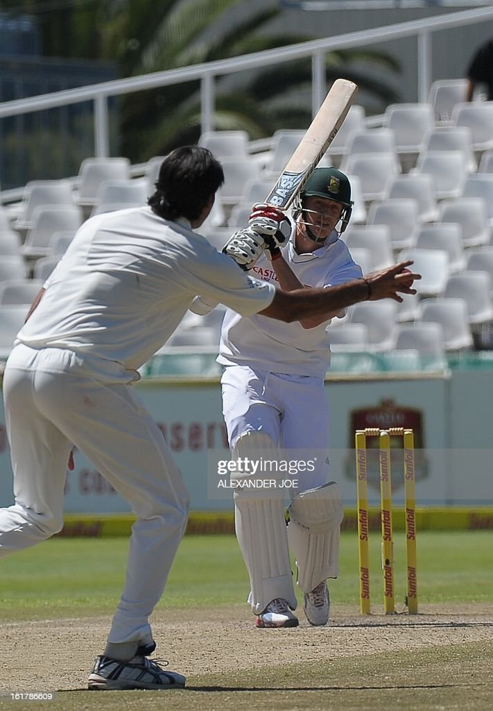 South African cricketer Morne Morkel keeps his eye on the ball as Pakistan cricketer Muhammad Irfan tries to catch him out during day 3 of the second test between South Africa and Pakistan at Newlands in Cape Town on February 16, 2013.