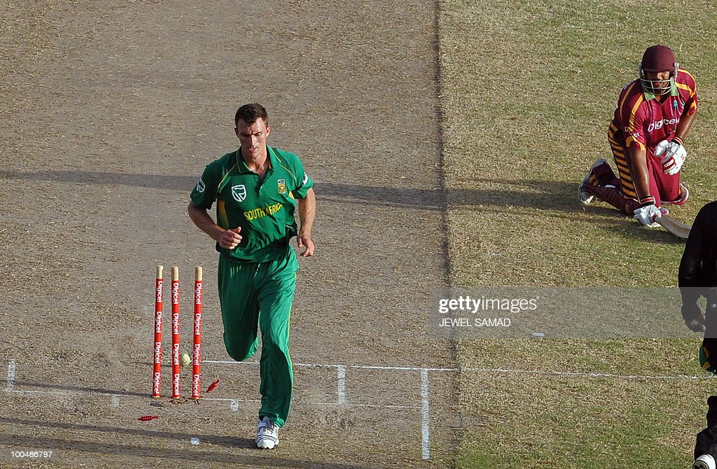 South African cricketer Ryan McLaren (L)