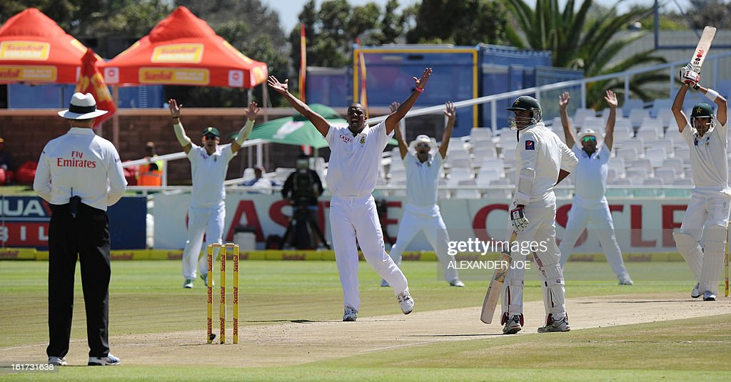 South African cricketer Vernon Philander (C) successfuly appeals the wicket of unseen Pakistani cricketer Umar Gul zero runs on day two of the 2nd Test between South Africa and Pakistan, in Cape Town at Newlands on February 15, 2013. AFP PHOTO / ALEXANDER JOE