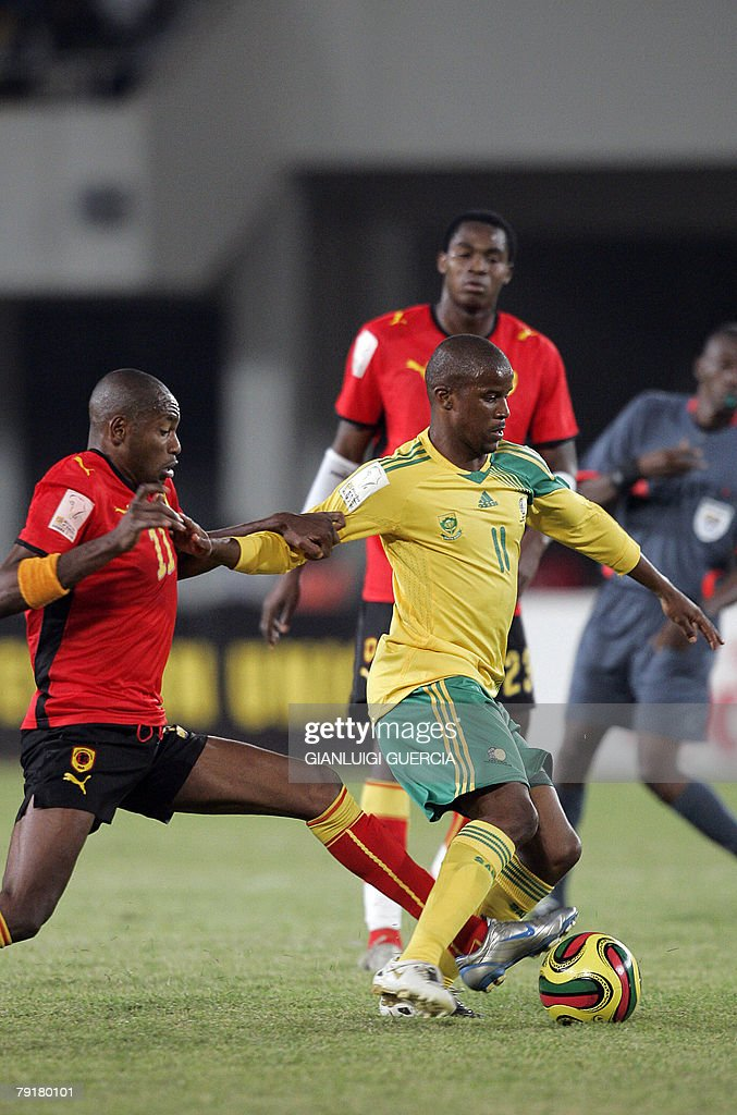 South African midfielder Elrio Van Heerden (R) breakes trough, 23 January 2008, Angolan midfielder Felisbero Amaral 'Gilberto'(L) during the 2008 African Cup of Nations match between South Africa and Angola at Tamale Stadium in Tamale, Ghana.