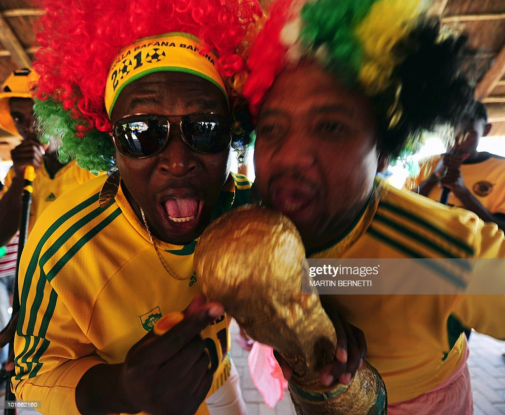 South Africans cheer during the arrival of the Chilean national football team at the airport in Nelspruit on June 6, 2010. Chile will play against Honduras in their first South Africa 2010 World Cup match on June 16. AFP PHOTO / Martin BERNETTI