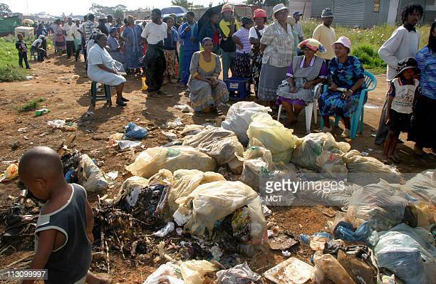 SOWETO SOUTH AFRICA South Africans line up to vote in Matsoaledi a squatter camp in Soweto April 14 2004 South Africans voted today for a new...