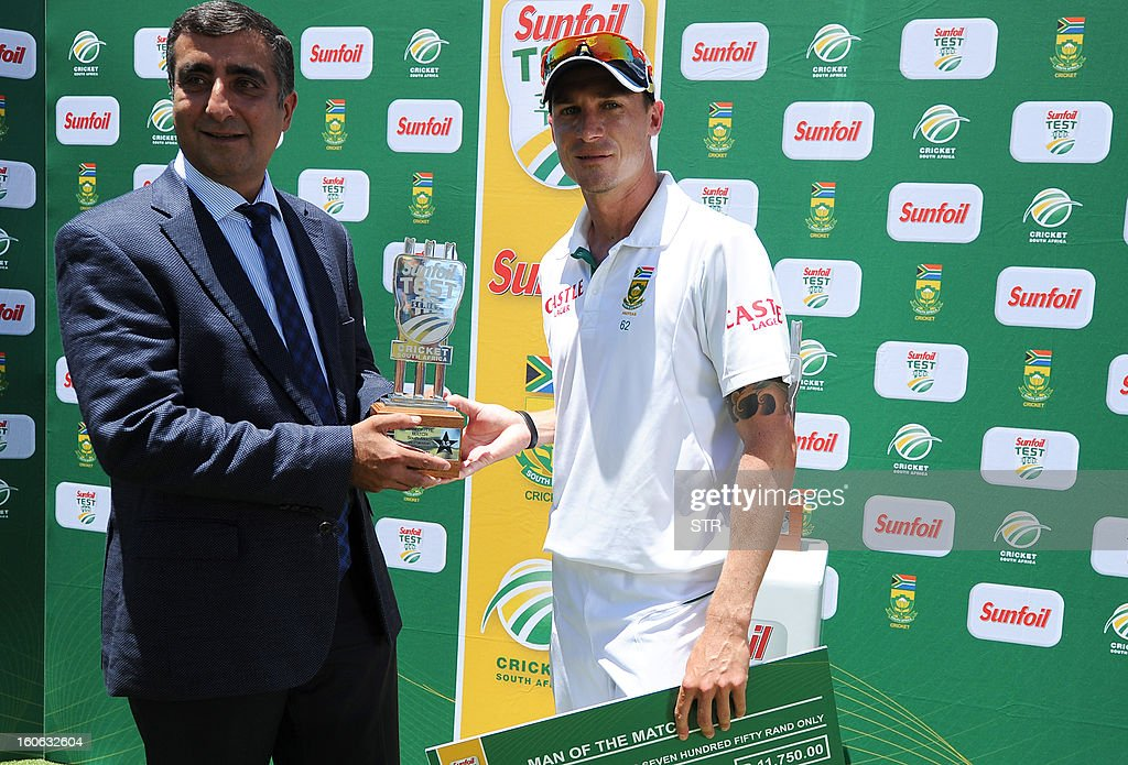 South Africa's bowler Dale Steyn (R) receives his man of the match trophy from Zubeir Moosa during the post match presentation on day four of the first Test match between South Africa and Pakistan, at Wanderers Stadium in Johannesburg on February 4, 2013. AFP PHOTO / Stringer