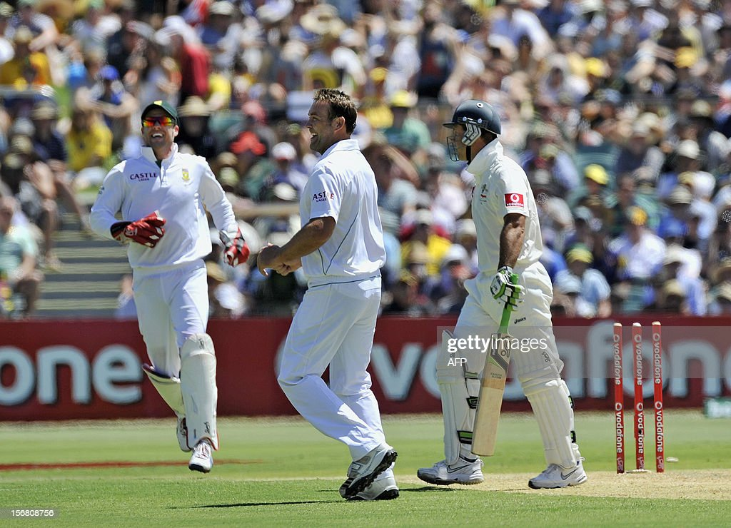 South Africa's bowler Jaques Kallis (C) celebrates the dismissal of Australian batsman Ricky Ponting on the first day of the second Test match at the Adelaide Oval on November 22, 2012. AFP PHOTO/David Mariuz IMAGE STRICTLY FOR EDITORIAL USE - STRICTLY NO COMMERCIAL USE