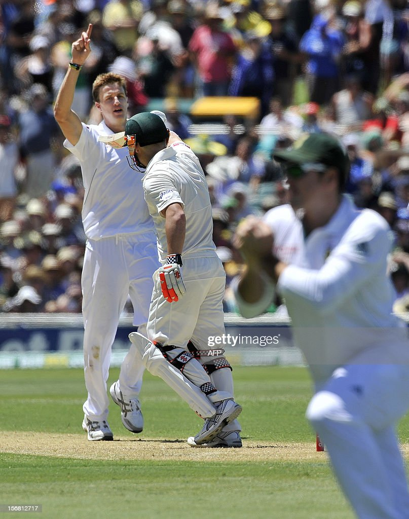 South Africa's bowler Morne Morkel (L) celebrates the dismissal of Australia's batsman David Warner on the first day of the second cricket Test match at the Adelaide Oval on November 22, 2012. AFP PHOTO/David Mariuz IMAGE STRICTLY FOR EDITORIAL USE - STRICTLY NO COMMERCIAL USE