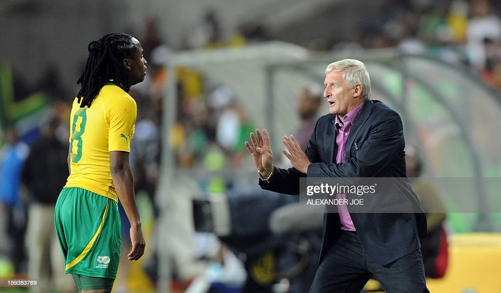 South Africa's coach Gorden Igesund (R) talks to his player Siphiwe Tshabalala during a friendly football match between South Africa's Bafana Bafana and Algeria in Soweto on January 12 , 2013, ahead of the 2013 African Cup of Nations that will take place in South Africa from January 19 to February 10.