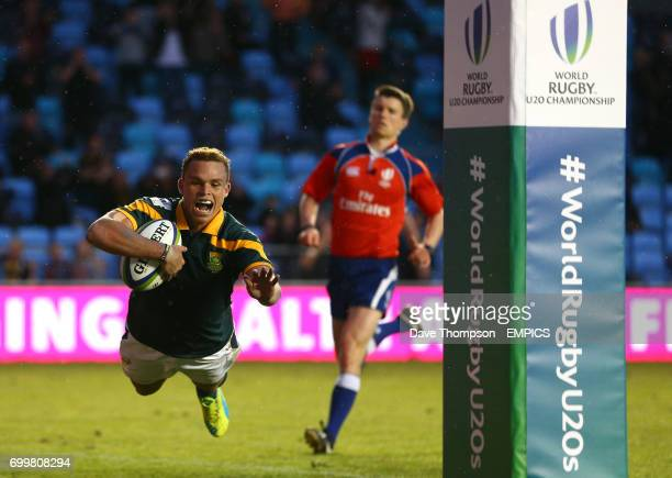 South Africa's Curwin Bosch scores a try