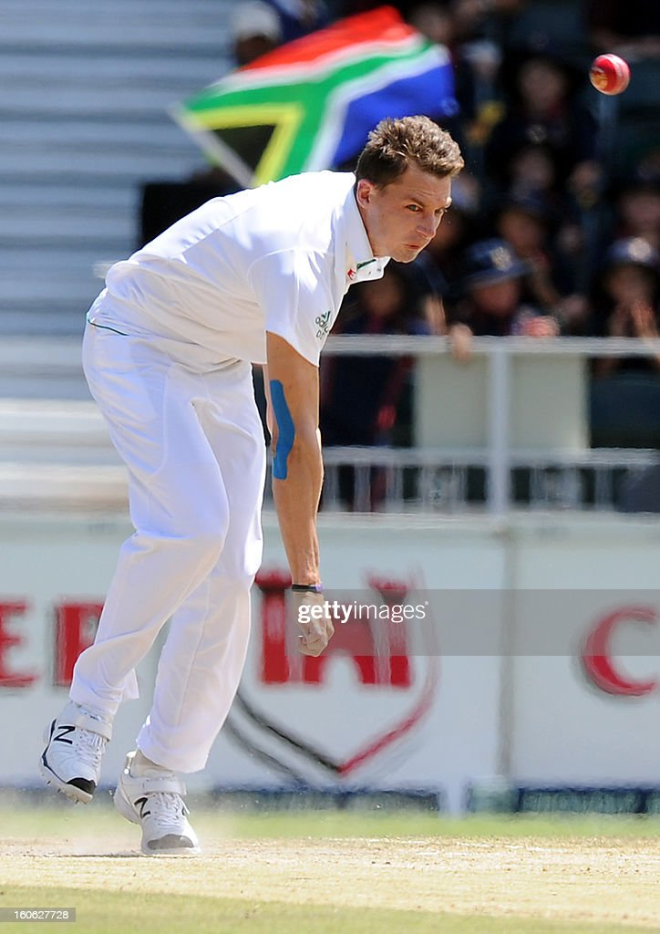 South Africa's Dale Steyn bowls on day four of the first Test match between South Africa and Pakistan at Wanderers Stadium in Johannesburg on February 4, 2013. AFP PHOTO / Stringer1