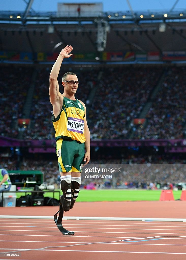 South Africa's double amputee runner Oscar Pistorius waves to supporters bafore ciompeting in the men's 400m semi-finals at the athletics event during the London 2012 Olympic Games on August 5, 2012 in London. AFP PHOTO / OLIVIER MORIN