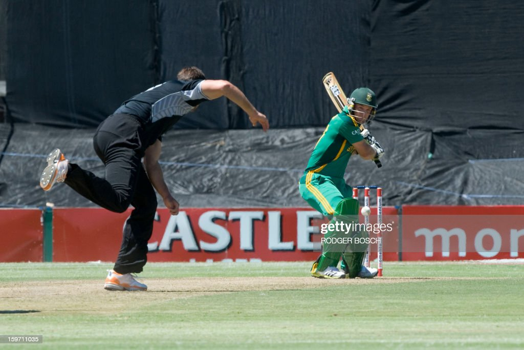 South Africa's Faf DuPlessis(C) plays a shot from New Zealand's James Franklin(L) during the first One Day International (ODI) between South Africa and New Zealand, on January 19, 2013 at Boland Park, in Paarl about 60Km North of Cape Town. BOSCH