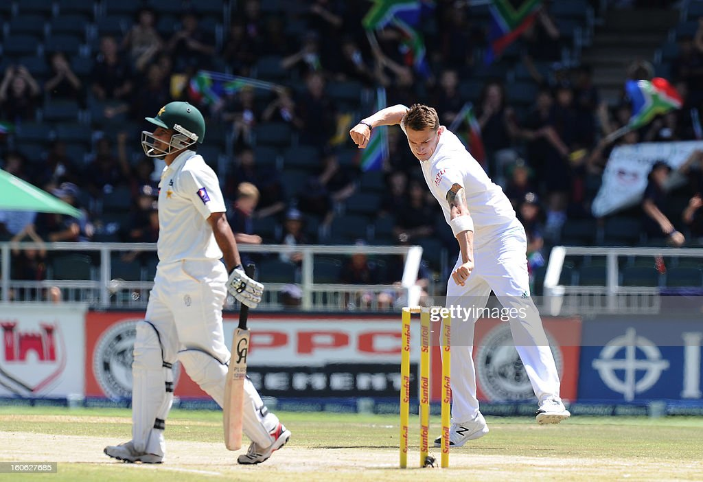 South Africa's fast bowler Dale Steyn (R) celebrates the wicket of Pakistan's Misbah ul Haq on day four of the first Test match between South Africa and Pakistan at Wanderers Stadium in Johannesburg on February 4, 2013. AFP PHOTO / Stringer1