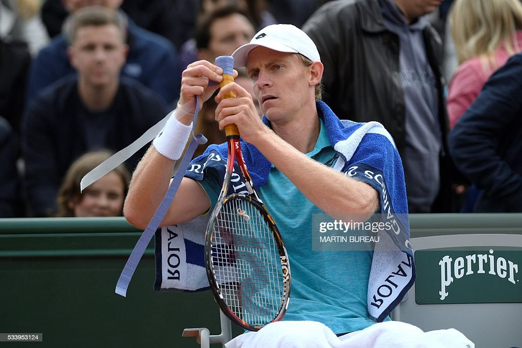 South Africa's Kevin Anderson rewraps his tennis grip during his men's first round match against France's Stephane Robert at the Roland Garros 2016 French Tennis Open in Paris on May 24, 2016. / AFP / MARTIN