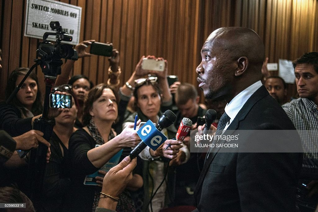South Africa's main opposition party Democratic Allicance leader Mmusi Maimane talks to journalists following the Pretoria High court ruling on the decision that corruption chrages againts South African president Jacob Zuma could be re instated on April 29, 2016 in Pretoria. A South African judge delivered a damning verdict against prosecutors' decision to drop more than 700 corruption charges against President Jacob Zuma, piling further pressure on the embattled leader. / AFP / MUJAHID
