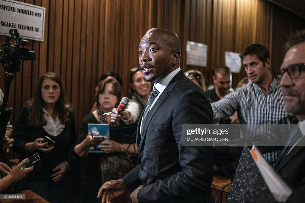 South Africa's main opposition party Democratic Allicance leader Mmusi Maimane talks to journalists following the Pretoria High court's ruling on the decision that corruption chrages againts South African president Jacob Zuma could be re instated on April 29, 2016 in Pretoria. A South African judge delivered a damning verdict against prosecutors' decision to drop more than 700 corruption charges against President Jacob Zuma, piling further pressure on the embattled leader. / AFP / MUJAHID