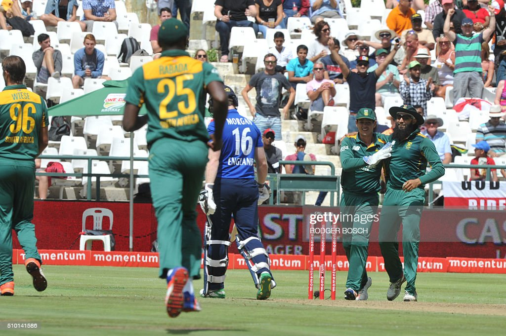 South Africa's players celebrate the dismissal of England batsman Eoin Morgan (C) during the 5th and final One Day International (ODI) match, being played against South Africa, at Newlands on February 14, 2016, in Cape Town. This match will decide the ODI series as both teams have won two matches. / AFP / RODGER BOSCH