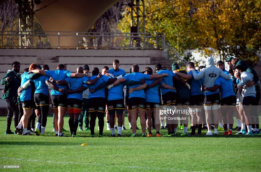 South Africa's players stand together during a training session at the Stade du Saut du Loup Stadium in Paris on November 13, 2017. / AFP PHOTO / Lionel BONAVENTURE