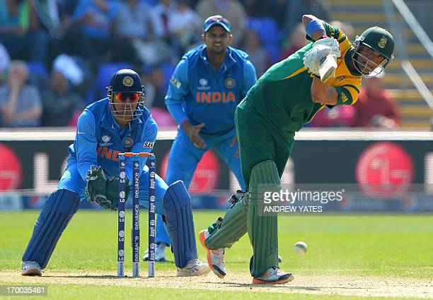 South Africa's Robin Peterson bats as India's Mahendra Sing Dhoni and India's Suresh Raina watch during the 2013 ICC Champions Trophy cricket match...