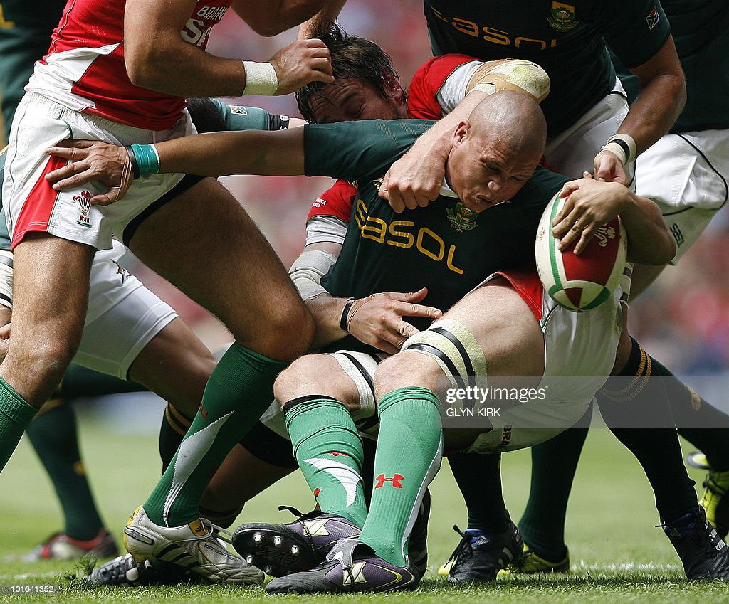 South Africa's scrum half Ricky Januarie (C) tries to break through the Welsh defence during an international friendly rugby match at the Millennium Stadium in Cardiff, Wales on June 5, 2010.